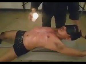 【ゲイ動画ビデオ】目隠しをされて拘束された状態の男がロウソクを垂らされながら陵辱されてしまうww