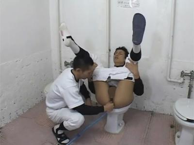 【ゲイ動画】腸の中にホースを突っ込まれて洗浄された野球部員がきれいなアナルにチンコをぶち込まれて犯されるww