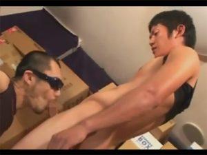 【薄モザゲイ動画】段ボールだらけの倉庫のような部屋で細身の男がゴーグルマンにチンコとアナルを犯されるww