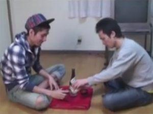 【無修正ゲイ動画】細身の2人がお酒を飲みながら野球拳をしていた2人が全裸になってアナルセックスを楽しんじゃうww