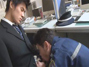 【ゲイ動画】残業中に寝てしまった銀行員に悪戯するガードマン…銀行員もホモだったようでそのまま深夜のオフィスでハッテンww