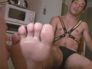 【ゲイ動画ビデオ】真崎航兄貴が超ドSのバリタチに…鞭でスパンキングされて足の指を舐めさせられ手コキでイカされるM男ww