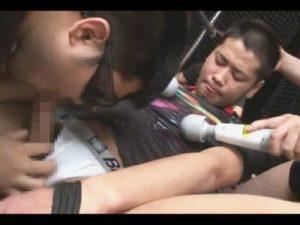 【ゲイ動画ビデオ】拘束状態で電マで犯されている男が2人のゴーグルマンと3Pもしてアナルを犯されまくるww