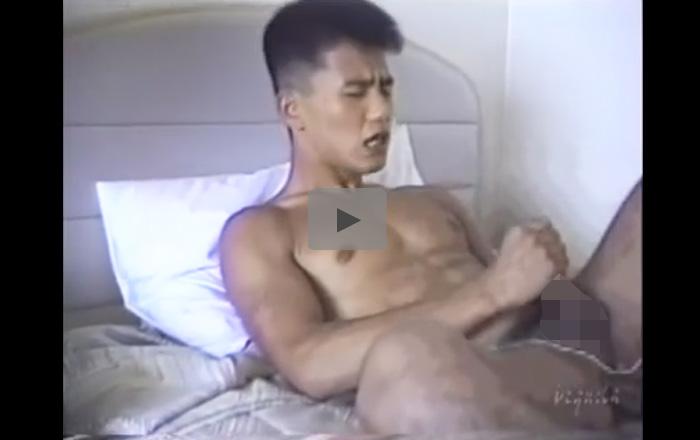 【無修正ゲイ動画】マッチョの男がベッドで寝ながらオナニーをすると自分にザーメンをぶっかけながら絶頂するww