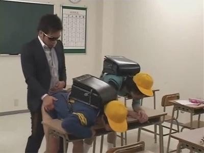 【ゲイ動画】先生が2人の生徒に学校で使う巨大なコンパスをアナルに挿入してからアナルセックスを教えてあげちゃうww