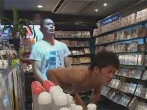 【ゲイ動画】レンタルビデオ店でマッチョの男がゲイの男に無理やりフェラチオされてからレイプされてアナルセックスをさせられるww