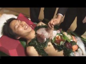 【ゲイ動画ビデオ】新年会で駆け出しのイケメン板前が男体盛りを初体験…団体客をお刺身と身体でおもてなす乱交セックスww