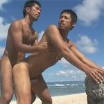 【ゲイ動画】きれいなビーチの砂浜で金髪の男がサーフィンをしてシックスパックの肉体を見せつけるww
