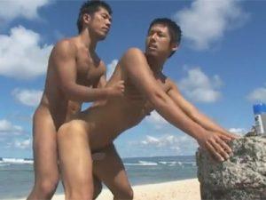【ゲイ動画ビデオ】きれいなビーチの砂浜で金髪の男がサーフィンをしてシックスパックの肉体を見せつけるww
