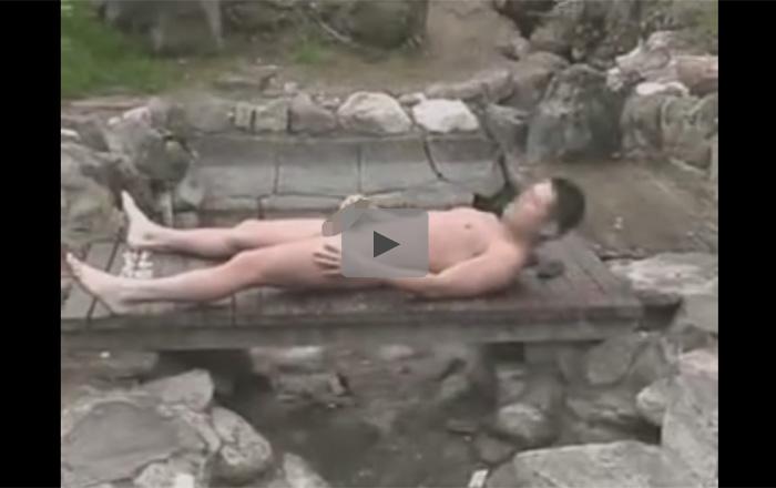 【無修正ゲイ動画】山奥の露天風呂で中年男が温泉を堪能した後に露出オナニーをして射精もしちゃうww