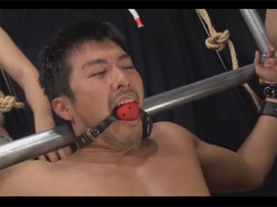 【ゲイ動画】短髪のイカニモ系が拘束状態で複数の男に全身を犯されてアナルやチンコをいじられるww