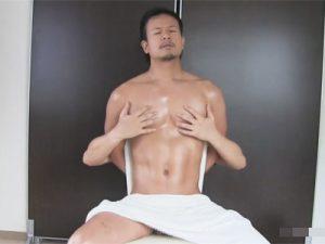 【ゲイ動画ビデオ】椅子に座らせ後ろ手にマッチョマンを拘束…フル勃起のビンビンチンポをイジメて強制射精と強制潮吹きを味わわせるww