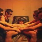【ゲイ動画】4人のゴーグルマンが1人の男を同時に犯し始めてアナルとチンコと乳首を同時に攻めまくるww