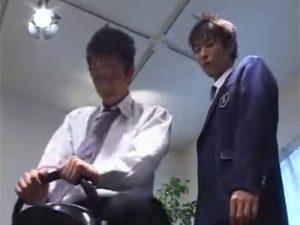 【ゲイ動画】ロデオマシーンに乗りながら2人の学生服を着た男が愛し合ってアナルセックスを楽しみ始めちゃうww