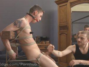 【無修正ゲイ動画】緊縛された白人男性が2人の男に電マやアナルバイブでひたすら犯され続けてしまうww