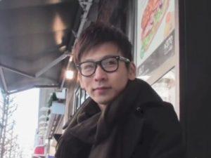 【ゲイ動画】新宿で声をかけた眼鏡の素人イケメンにオナニーしてもらい首元まで白濁汁を飛ばす姿を激写ww