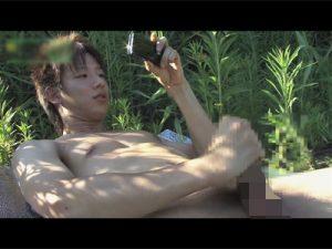 【ゲイ動画ビデオ】草が生い茂っている場所で可愛い系がオナニーを堪能したり放尿をして開放感を楽しむww