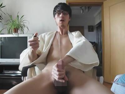 【無修正ゲイ動画】媚薬のおかげ?メガネのイケメンアジア人がオナニーでビュンビュン精子を飛ばし物凄い射精を見せるww