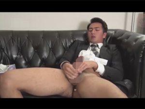 【ゲイ動画ビデオ】若いスーツ姿のエロメンがエロ動画を見ながらオナニーをしている姿を見せてくれることになるww