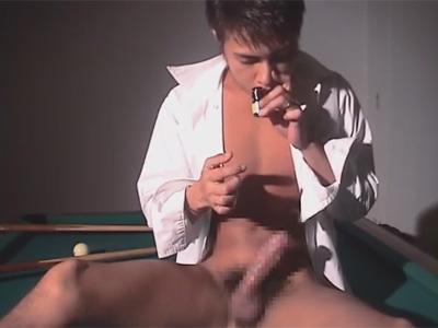 【ゲイ動画】濃い目の顔のマッチョな男がビリヤード台の上でオナニーを楽しんで絶頂をしてしまうww