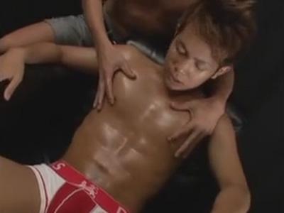 【ゲイ動画】日焼けをしたマッチョな男が体をいじられてバイブで尻穴をえぐられ続けることになるww
