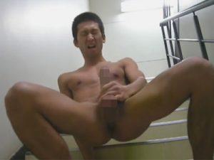 【無修正ゲイ動画】日焼けしたマッチョの男が階段で全裸になってオナニーしまくるww