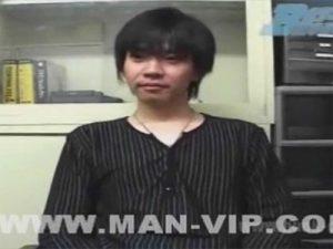 【ゲイ動画ビデオ】若い男が椅子に座った状態でのオナニー姿を見せて射精をして絶頂してしまうww
