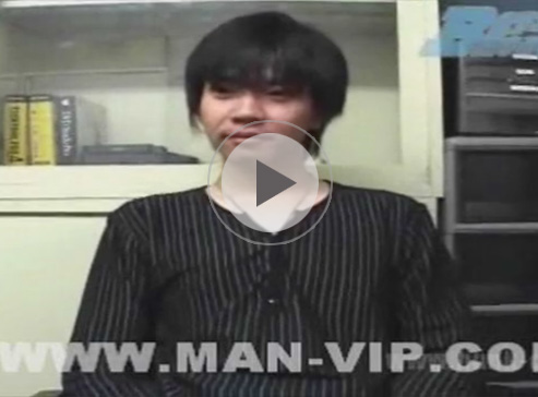 【ゲイ動画】若い男が椅子に座った状態でのオナニー姿を見せて射精をして絶頂してしまうww