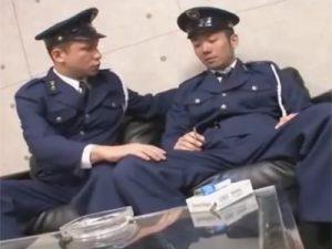 【ゲイ動画ビデオ】警察官の2人が制服姿で職務中に愛し合ってアナルセックスをバックなどで激しくしちゃうww