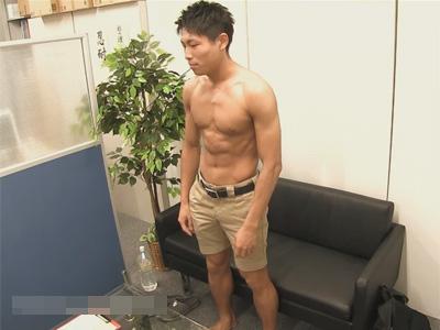 【ゲイ動画】モデルの男が面接に行くとオナニーをさせられたり手コキで犯されることになっちゃうww