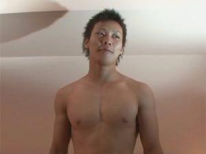 【ゲイ動画】カッコ可愛い仮性包茎イケメンがゴーグルマンの口マンコをイラマチオ責めしその後は手コキで絶頂射精ww
