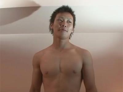 【ゲイ動画】カッコ可愛い仮性包茎のノンケイケメンがゴーグルマンの口マンコをイラマチオ責めしその後は手コキで絶頂射精ww