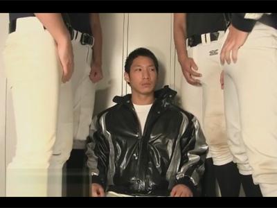 【ゲイ動画】野球部で一人の男がみんなに囲まれてフェラチオをひたすらし続けることになってしまうww