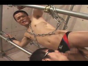 【ゲイ動画ビデオ】鎖で拘束されたイモ系がゴーグルマンに前立腺を刺激されながらフェラチオで犯されるww