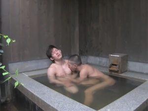 【ゲイ動画ビデオ】スジ筋なイケメンが坊主の男と露天風呂でアナルセックスを楽しんで昇天をすることになるww