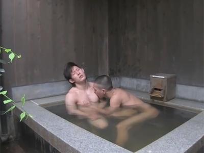 【ゲイ動画】スジ筋なイケメンが坊主の男と露天風呂でアナルセックスを楽しんで昇天をすることになるww