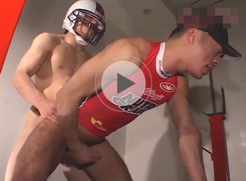 【無修正ゲイ動画】アメフトをしているマッチョの男が筋トレをしながらアナルセックスで交流をすることになるww