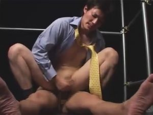 【ゲイ動画ビデオ】かなりのデカチンを持っている男がゴーグルマンにフェラやイラマチオをさせてからアナルセックスで犯されるww