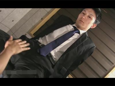 【ゲイ動画】黒いスーツが決まっているイケメンがスーツを徐々に脱がされながらアナルセックスを楽しんじゃうww