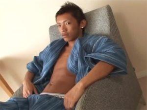 【ゲイ動画ビデオ】浴衣姿のヘソピ短髪イケメンのケツマンを指3本とアナルビーズ型ディルドで解してアナルセックスww