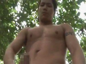【無修正ゲイ動画】マッチョの男が自慢のデカマラを森の中でしごきまくってザーメンを木にかけちゃうww