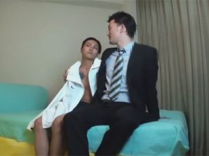 【ゲイ動画】大きなタトゥーを入れているオラオラ系の男がスーツを着た男にアナルを激しく突かれまくるww