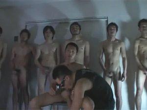 【ゲイ動画ビデオ】目隠しをされた男がたくさんの男に囲まれながらザーメンを大量にぶっかけられてザーメンをごっくんしまくるww