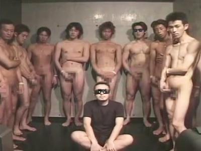 【ゲイ動画】ゴーグルマンがたくさんの男のチンコをフェラチオしながらザーメンを大量にぶっかけられるww