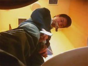 【無修正ゲイ動画】トイレに駆け込んできた男が慌ててズボンを下ろして勢いよくおしっこをしているところが見られちゃうww