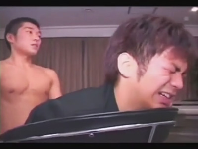【ゲイ動画】学ランを着た男子学生が坊主のイモ系の男にレイプされて無理やりアナルセックスで犯されるww