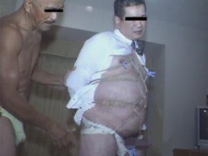 【ゲイ動画ビデオ】中年のサラリーマンが2人の男に緊縛されながら犯されてアナルビーズなどで犯されてからアナルセックスをさせられるww