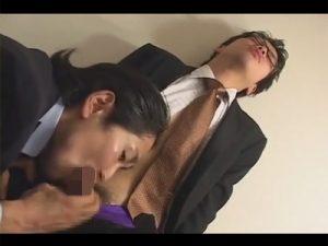 【ゲイ動画ビデオ】黒ぶちメガネをかけているスーツ姿の男がロン毛男にバイブでアナルをこじ開けられてからアナルセックスで犯されるww
