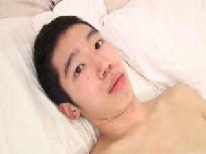 【無修正ゲイ動画】細身の素人童貞男子がプロの男にディルドを挿入された後にアナルセックスを体験しちゃうww