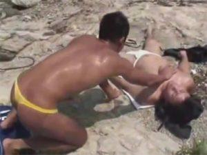 【無修正ゲイ動画】炎天下の荒野で2人のマッチョが青姦を楽しんでアナルセックスを激しく楽しんじゃうww